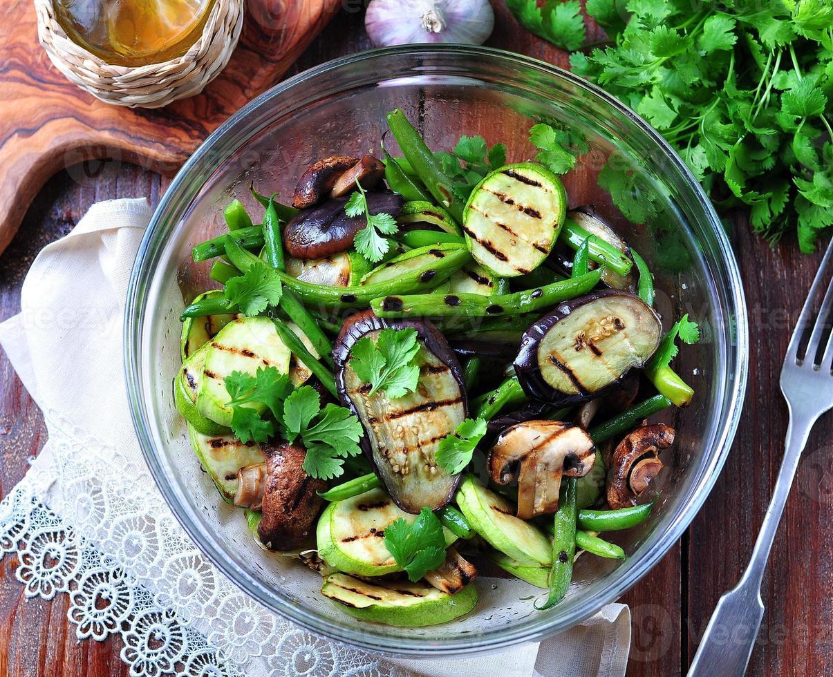 Gegrilltes Gemüse - Zucchini, Auberginen, grüne Bohnen, Zwiebeln, Pilze, Knoblauch foto