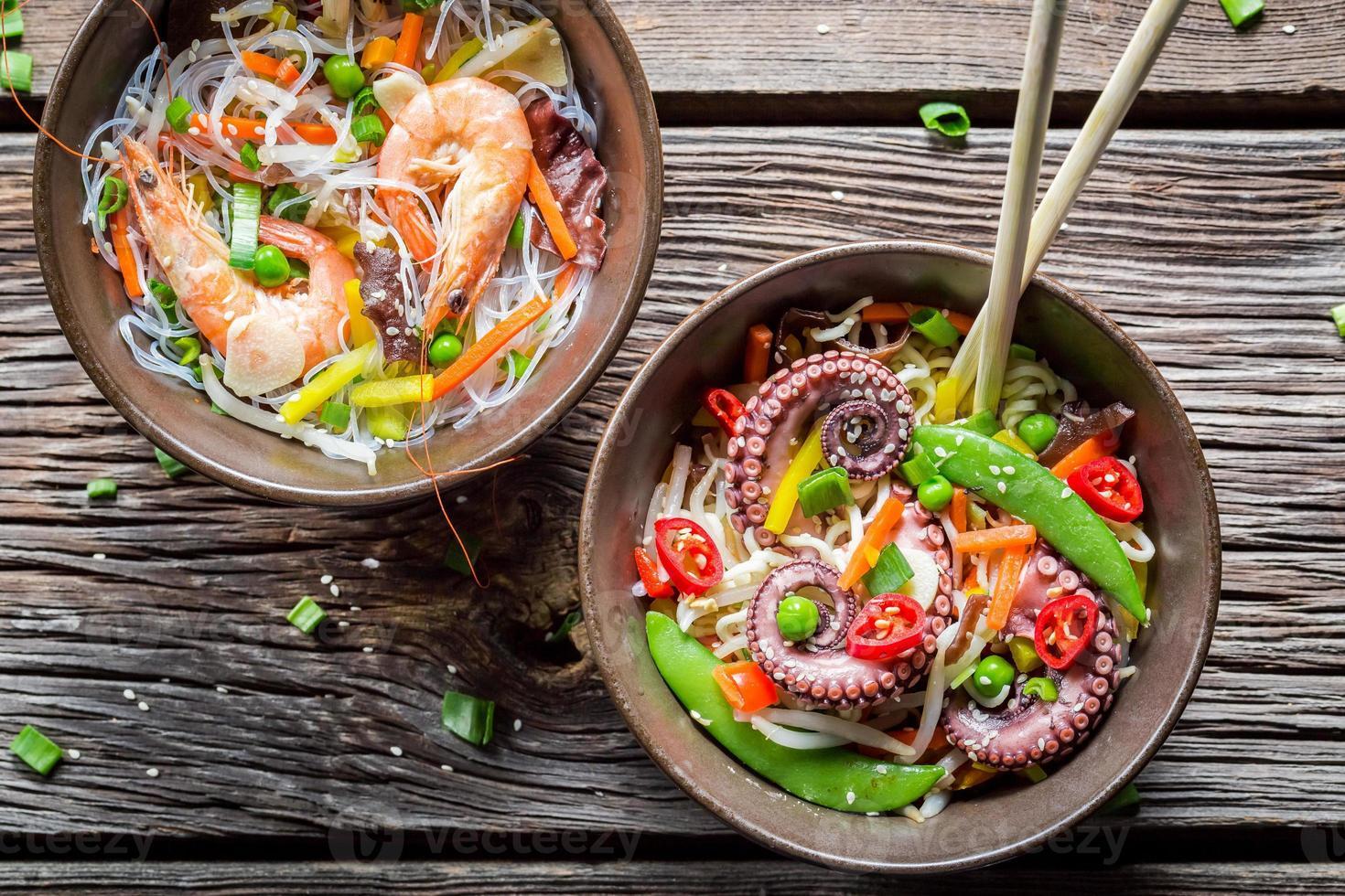 Meeresfrüchte und frisches Gemüse mit Nudeln foto