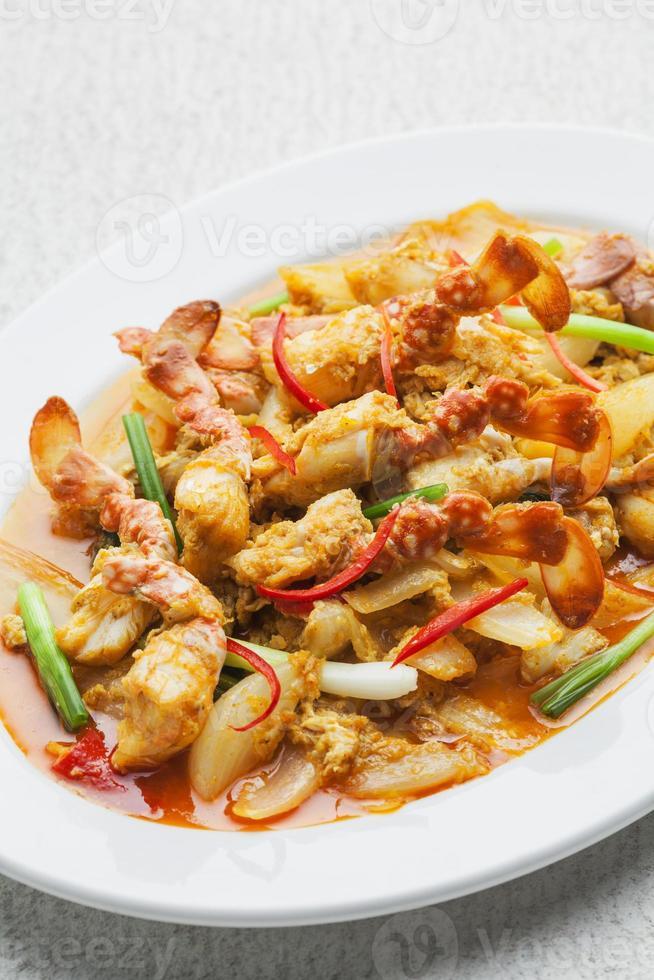gebratene Krabben mit Knoblauch, Pfeffer, Currypulver umrühren foto