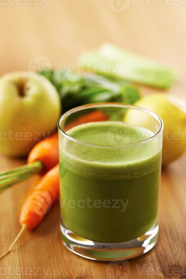 hausgemachter veganer grüner Saft foto