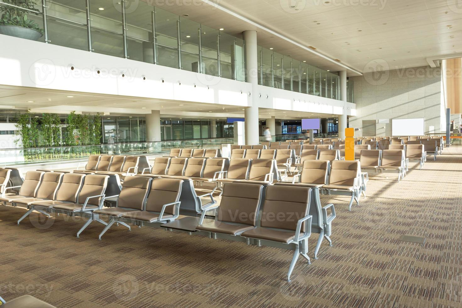 Innenraum der modernen Wartehalle des Flughafens foto