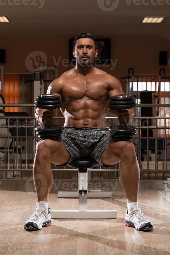 Bodybuilder, der Schultern trainiert foto