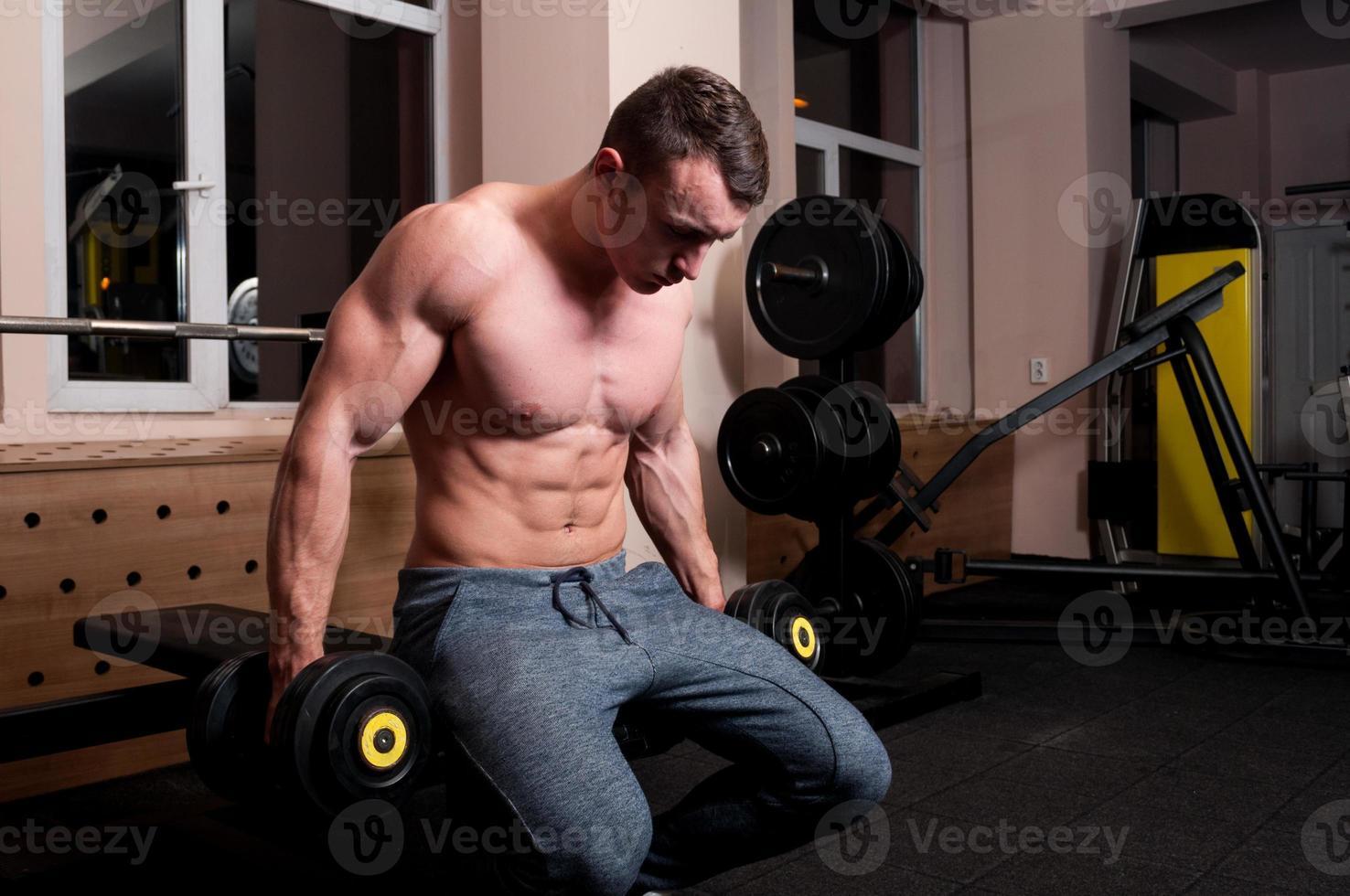 Konzentrierter Bodybuilder zum Heben bereit foto