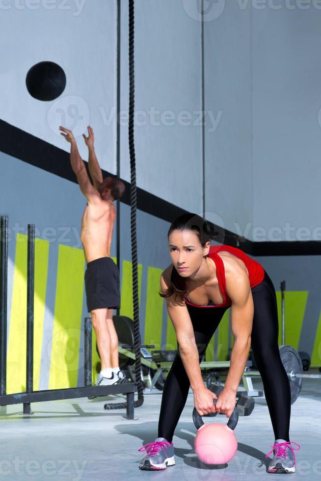 Gym Gettlebell Frau und Wall Ball Mann foto