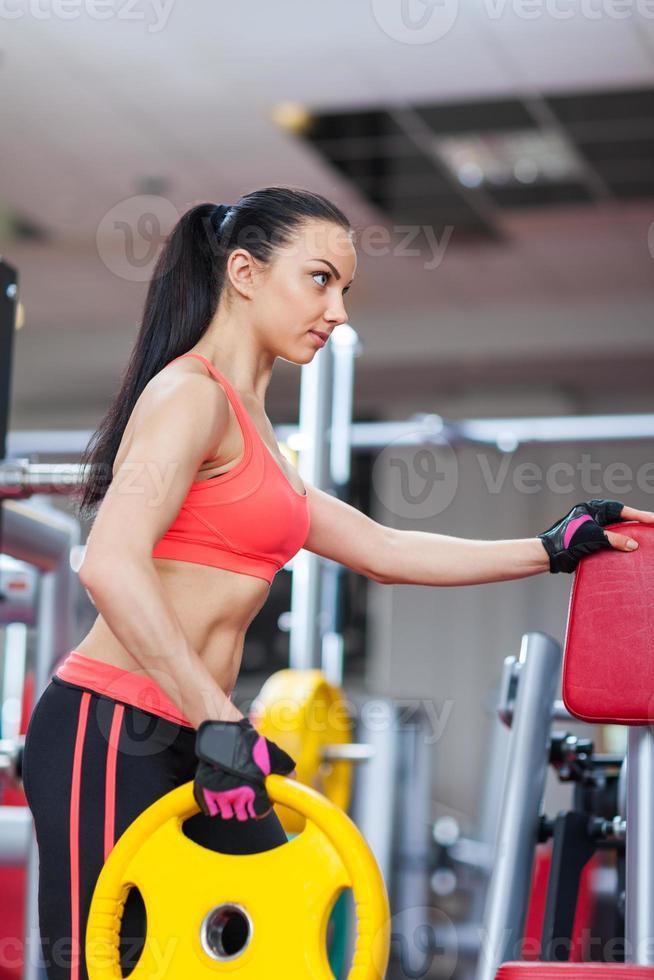 Sportfrau, die Fitnessstudio, Fitnesscenter ausübt foto