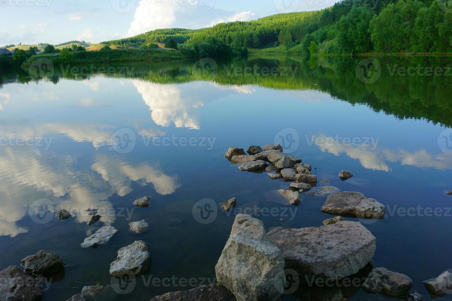 Landschaft See, Wald, Himmel foto