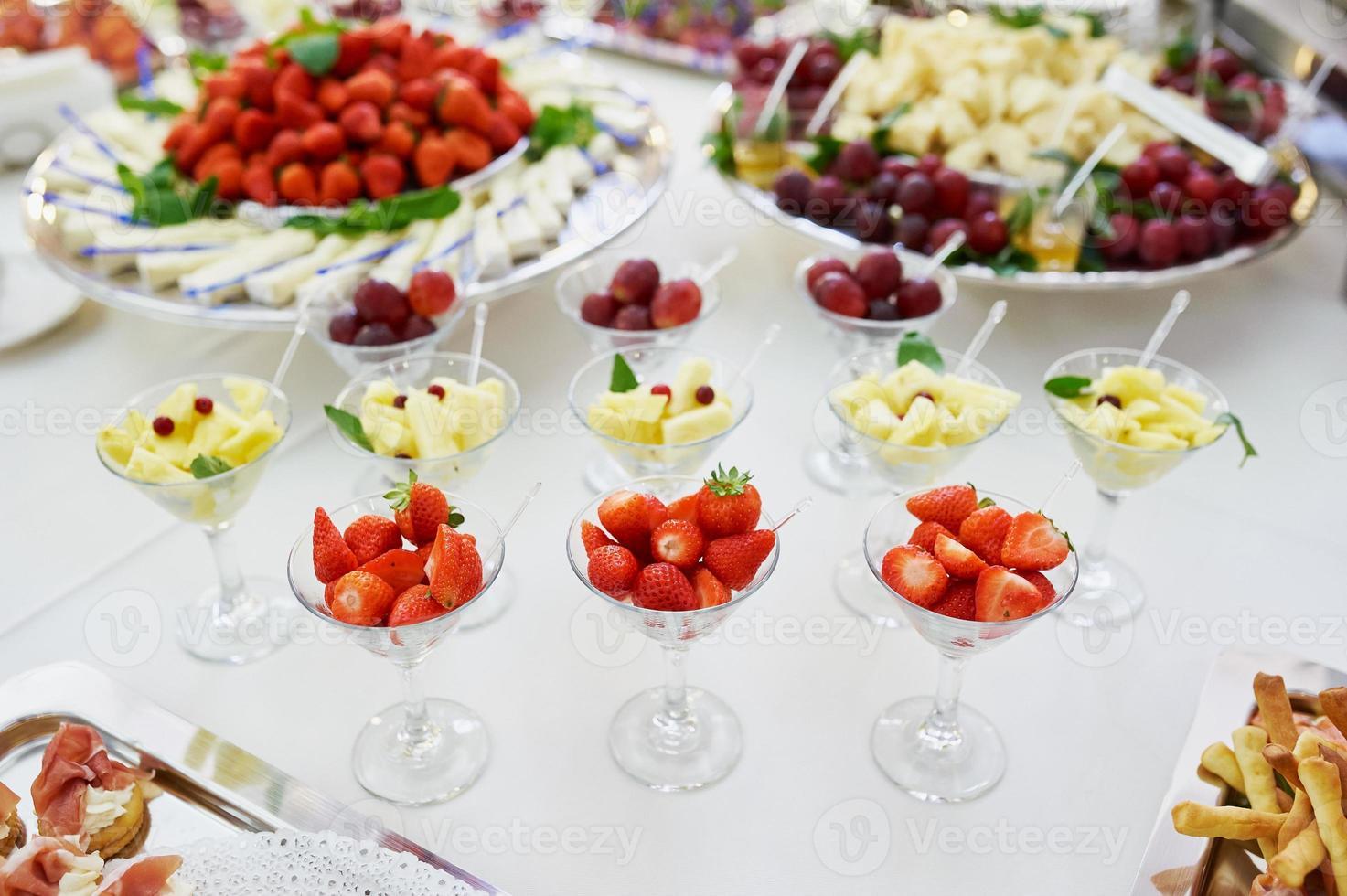 Catering und Bankett mit Erdbeeren und Ananas foto