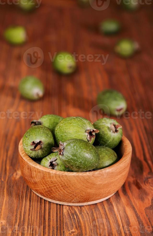 Früchte von Feijoa in einer Holzschale foto