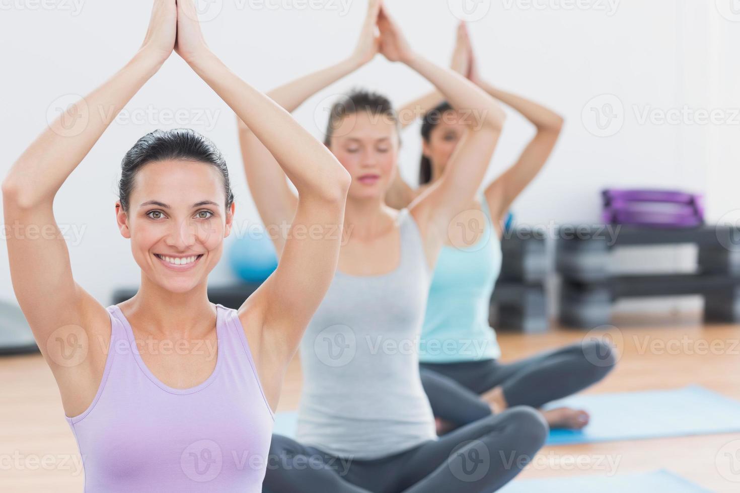 Frauen mit verbundenen Händen im Fitnessstudio foto