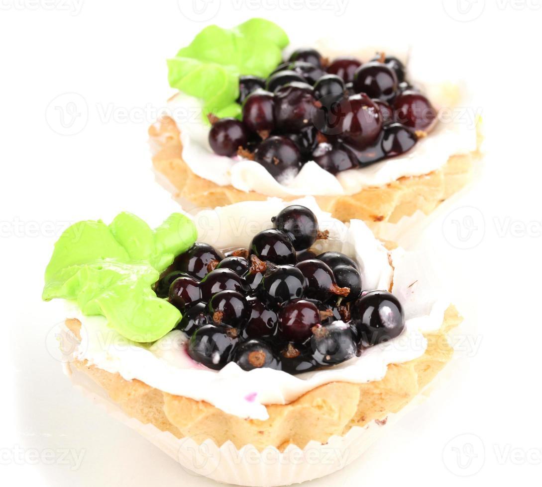 süße Kuchen mit Beeren lokalisiert auf Weiß foto