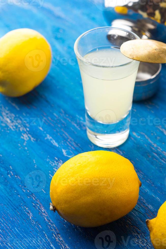 Cocktailglas lokalisiert auf blauem hölzernem Hintergrund foto