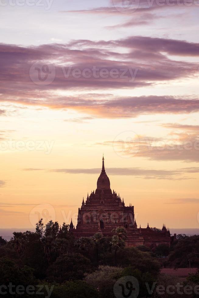Sonnenuntergang szenische Ansicht des alten Tempels in Bagan foto