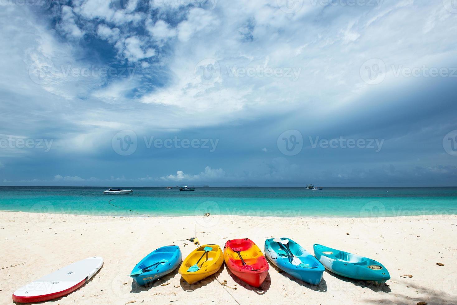 Kajak fahren am schönen Strand foto