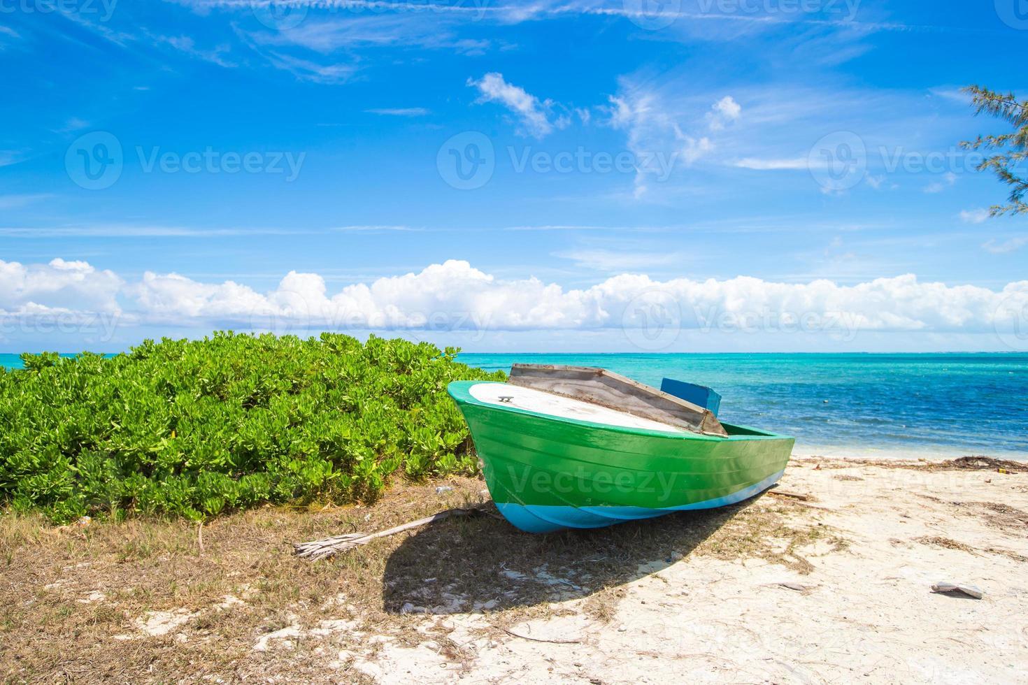 altes Fischerboot an einem tropischen Strand in der Karibik foto