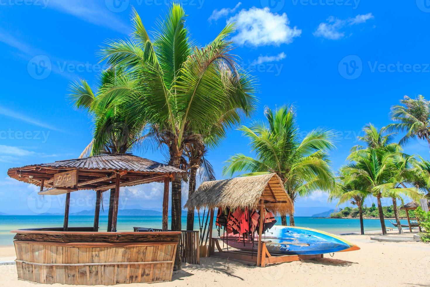 Baboo Bar am weißen Strand auf tropischer Insel foto