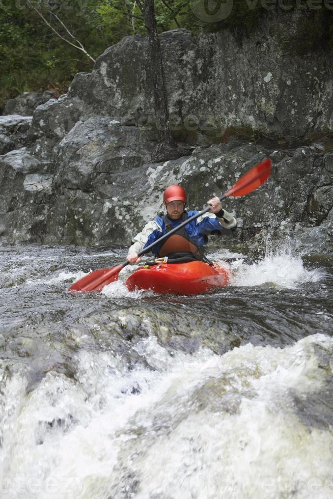 Mann Kajak im Fluss foto