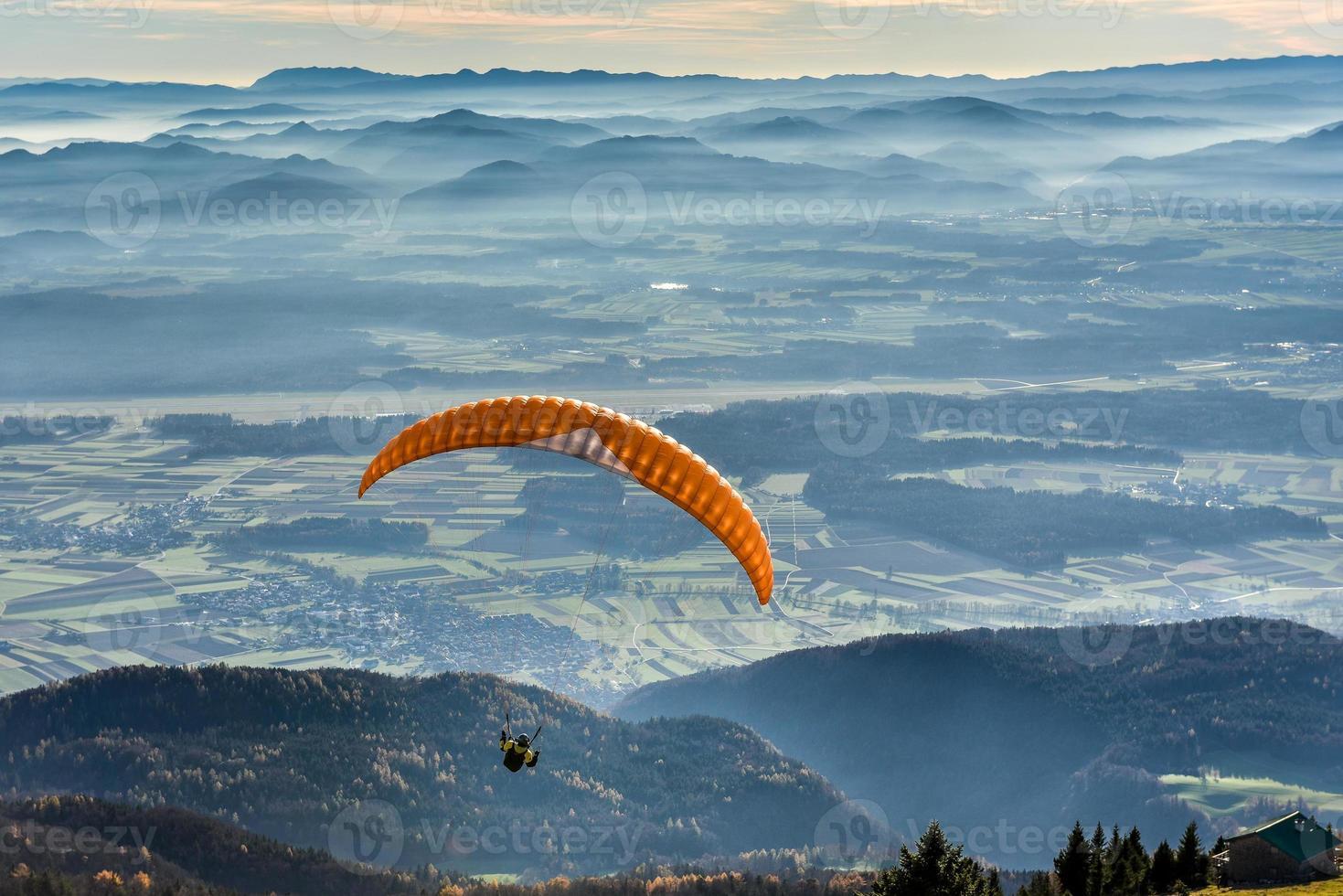 Gleitschirm fliegt im Tal foto