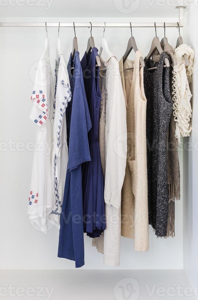 Stoffreihe am Kleiderbügel hängen foto