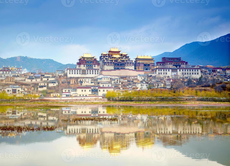 Landschaft mit tibetischem Kloster und See foto