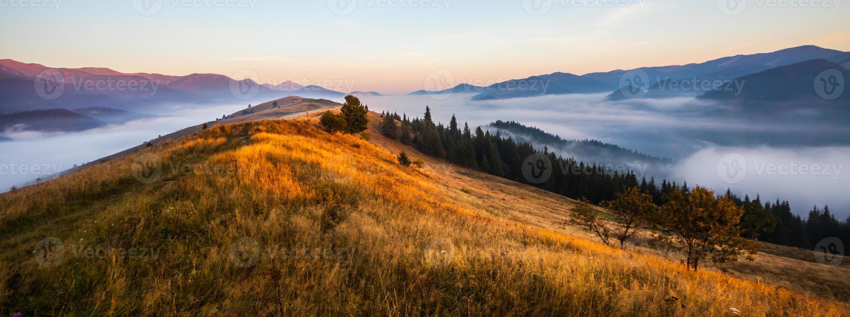majestätischer Sonnenuntergang in der Berglandschaft foto