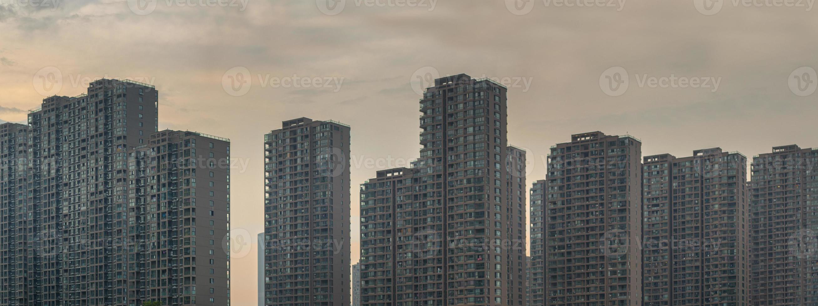Reihe von Wohngebäuden in China im Morgengrauen foto