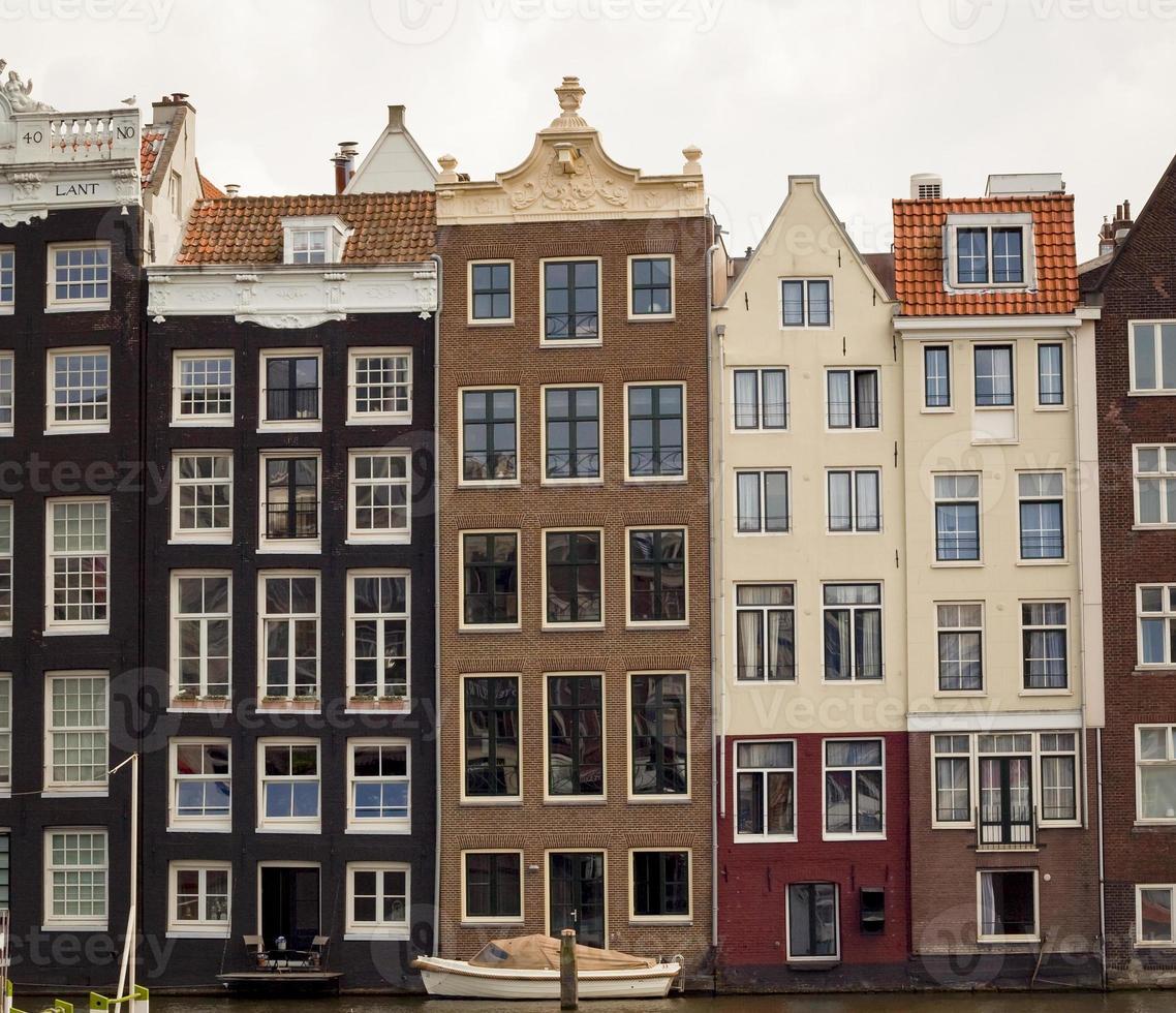 Reihe typischer Häuser in Amsterdam entlang des Kanals foto