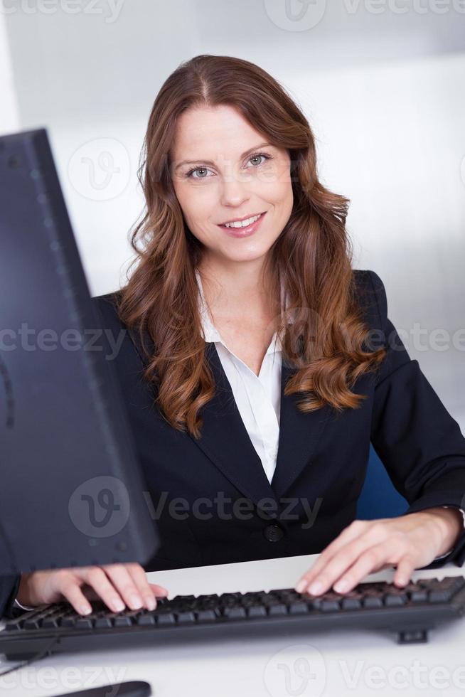 lächelnde Sekretärin oder persönliche Assistentin foto