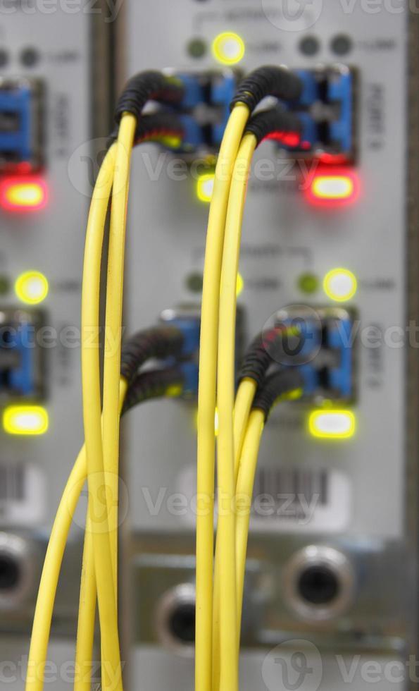 Optikkabel, die an Router-Ports angeschlossen sind foto
