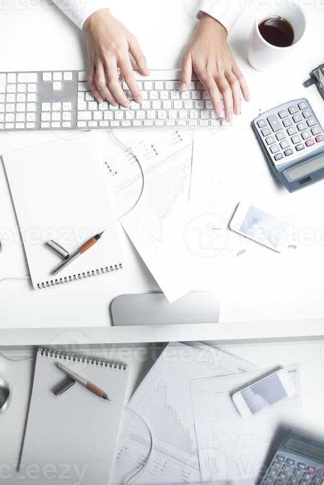 Börsenmakler am Schreibtisch, Tastatur foto