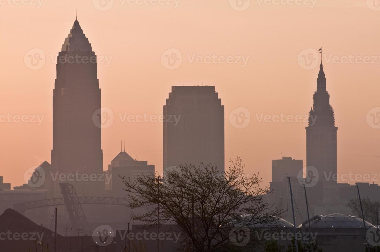 Silhouette der Innenstadt von Cleveland foto