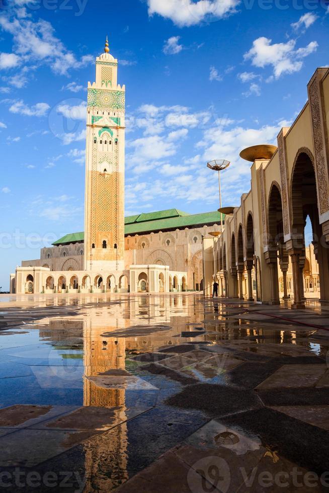 große Hassan II Moschee und Reflexion foto