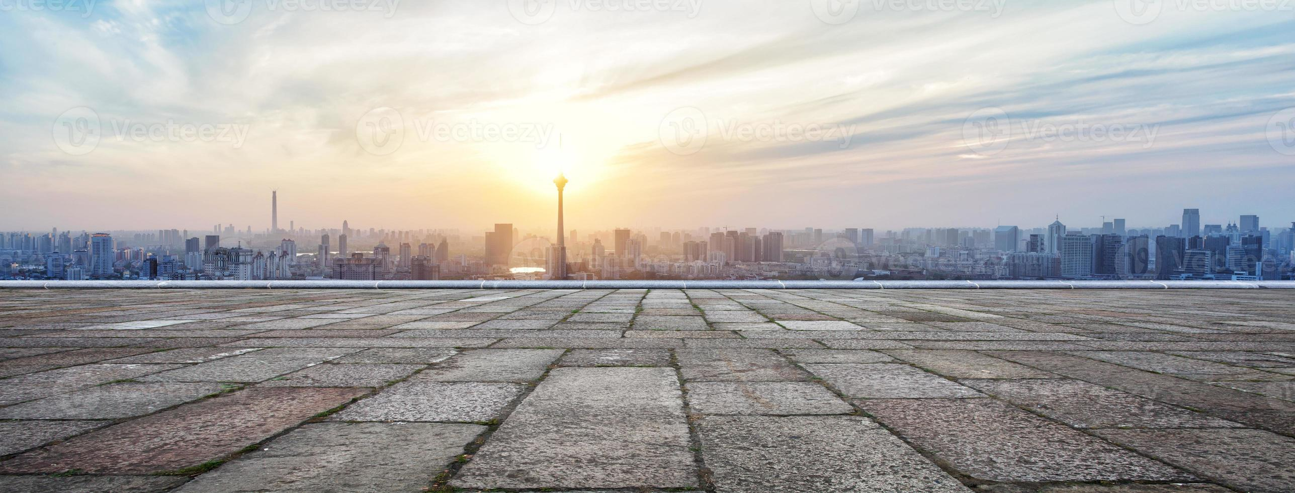 Panorama-Skyline und Gebäude mit leerem Backsteinquadrat foto