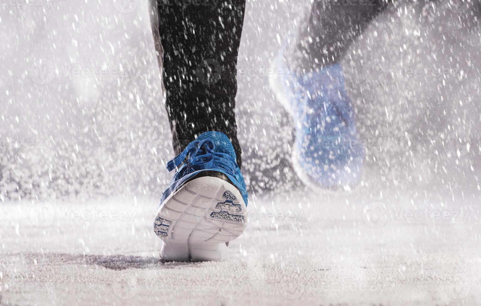 Frau läuft im Winter foto