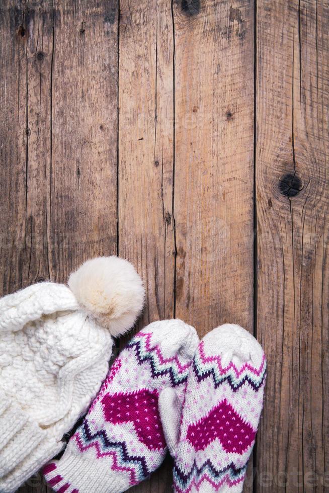 klassische Handschuhe mit hölzernem Hintergrund mit Kappe foto