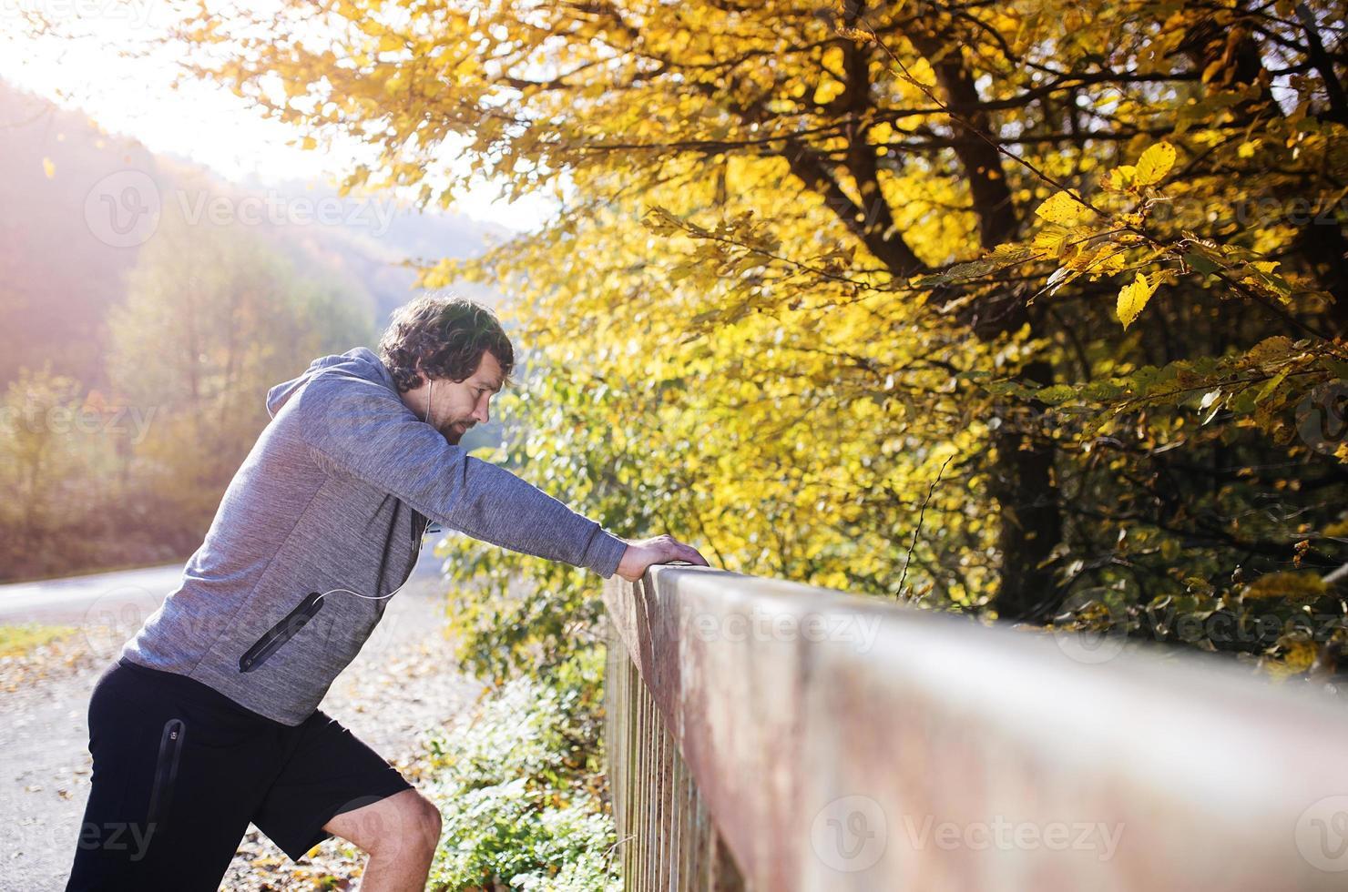 junger Läufer auf einer Brücke foto
