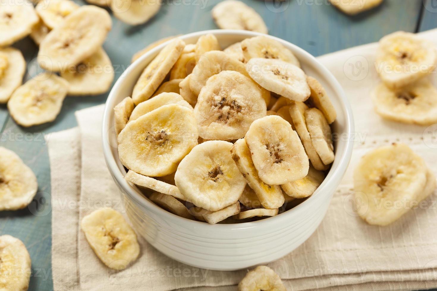 hausgemachte dehydrierte Bananenchips foto