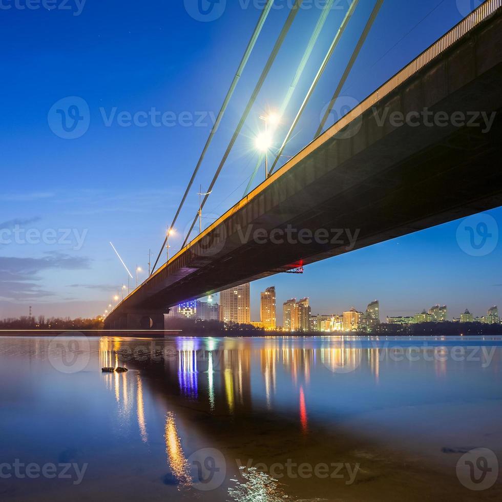 Moskauer Brücke in Kiew bei Nacht foto