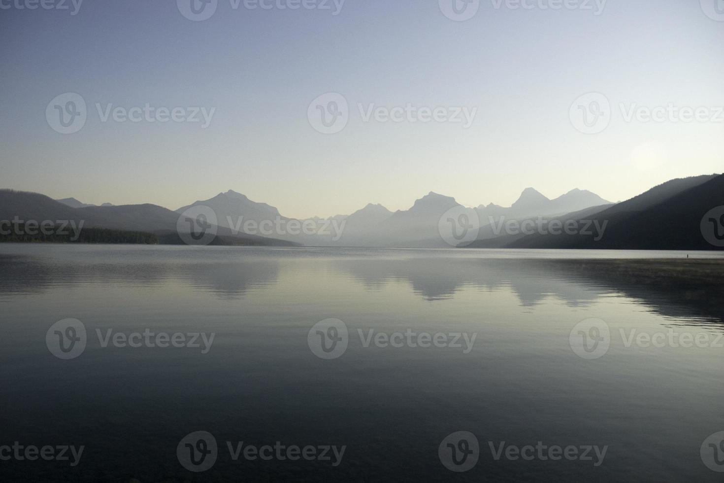 See und Berg abstrakte blaue Landschaft foto