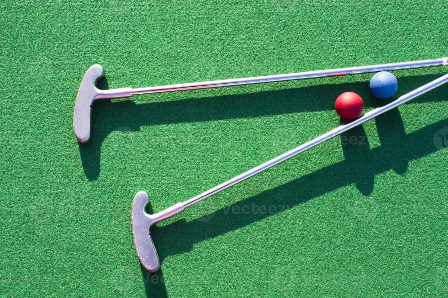 Golf spielen auf dem grünen Rasen foto