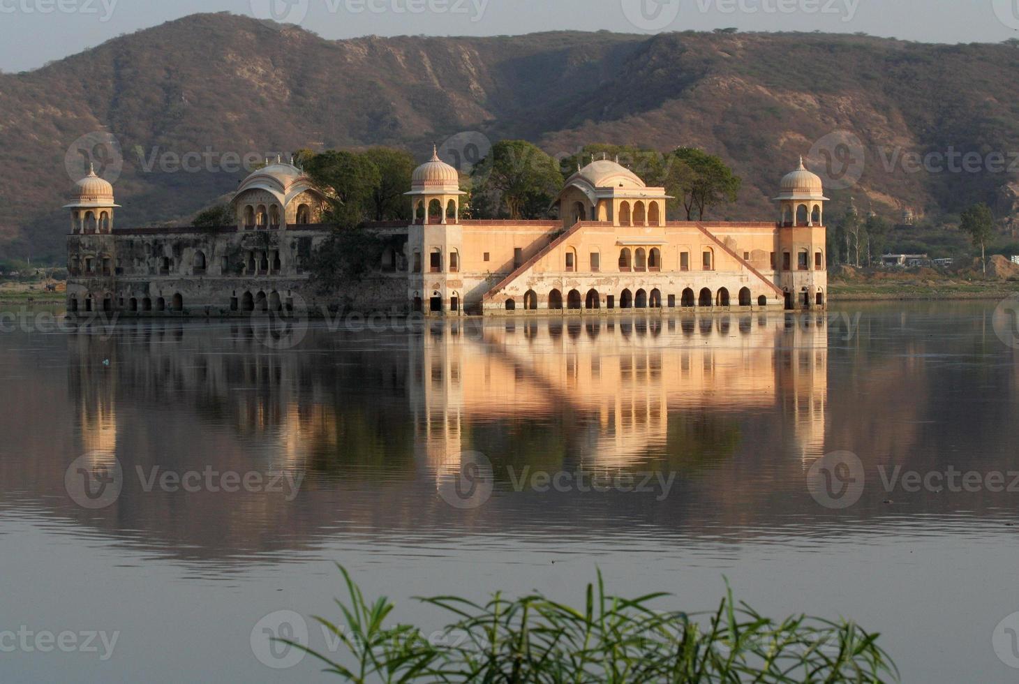 Wasserpalast Jaipur Indien Wasser mit Reflexionen foto