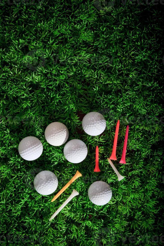 Golfball und Tee auf grünem Gras foto