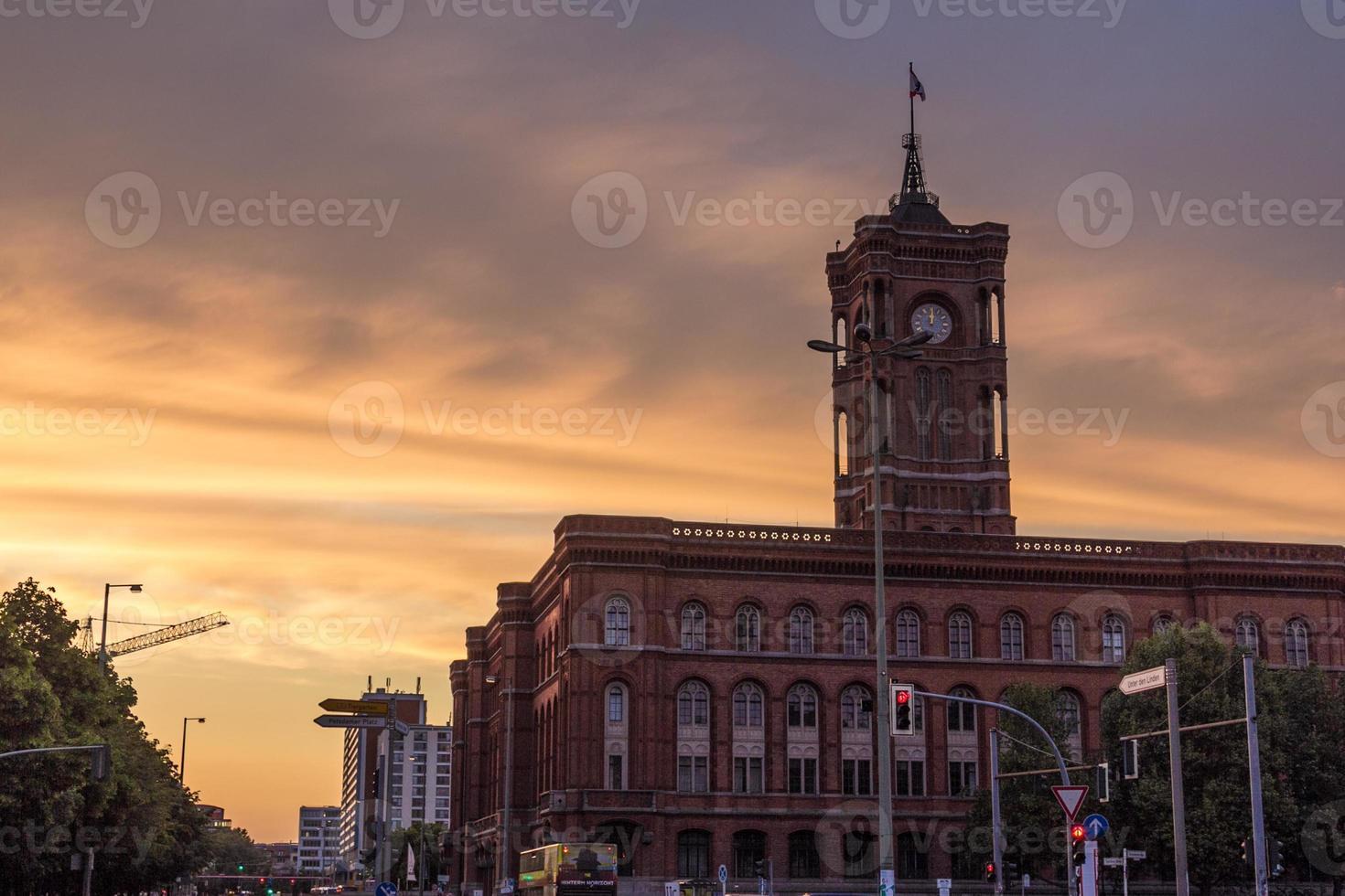rotiert rathaus, orange sonnenuntergang foto