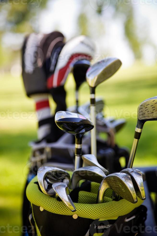 eine Nahansicht einer Tüte Golfschläger im Freien foto
