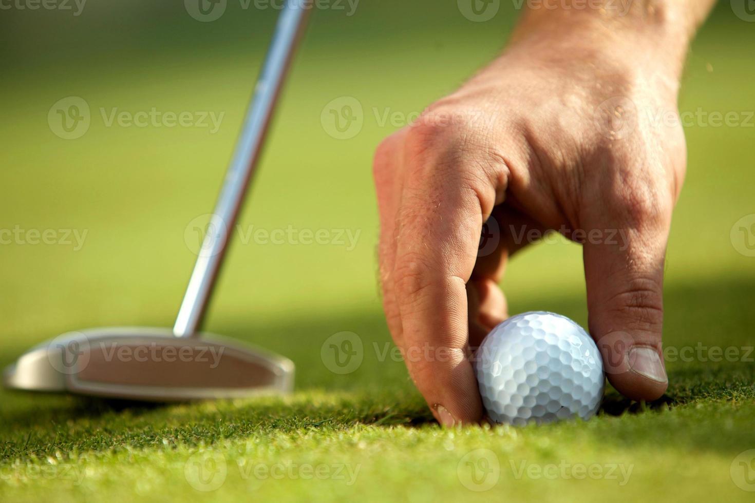 Person, die Golfball hält, Nahaufnahme foto