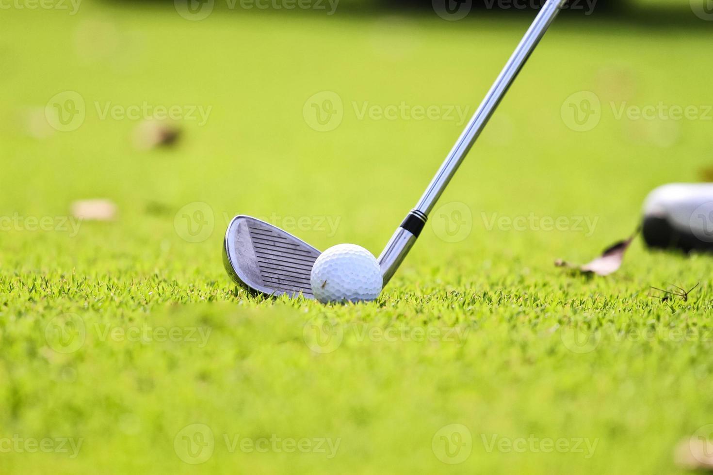 bereit, den Golfball zu fahren foto