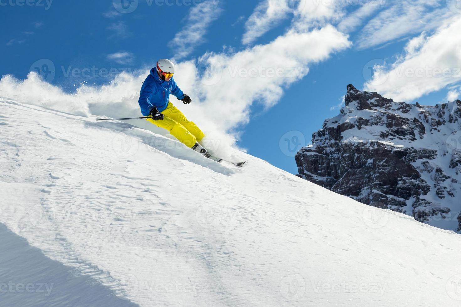 männlicher Freerider-Skifahrer foto