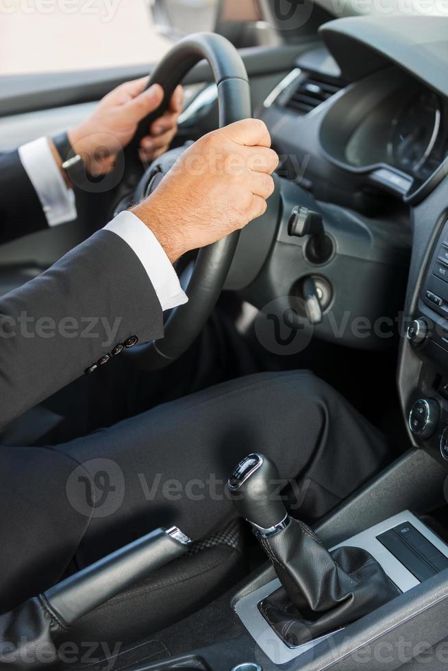 Mann, der ein Auto fährt. foto