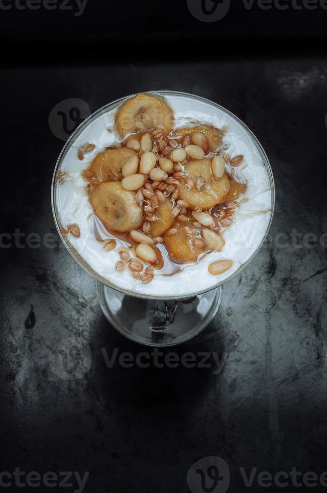 karamellisierte Bananen mit Joghurt, Keimen, Honig foto