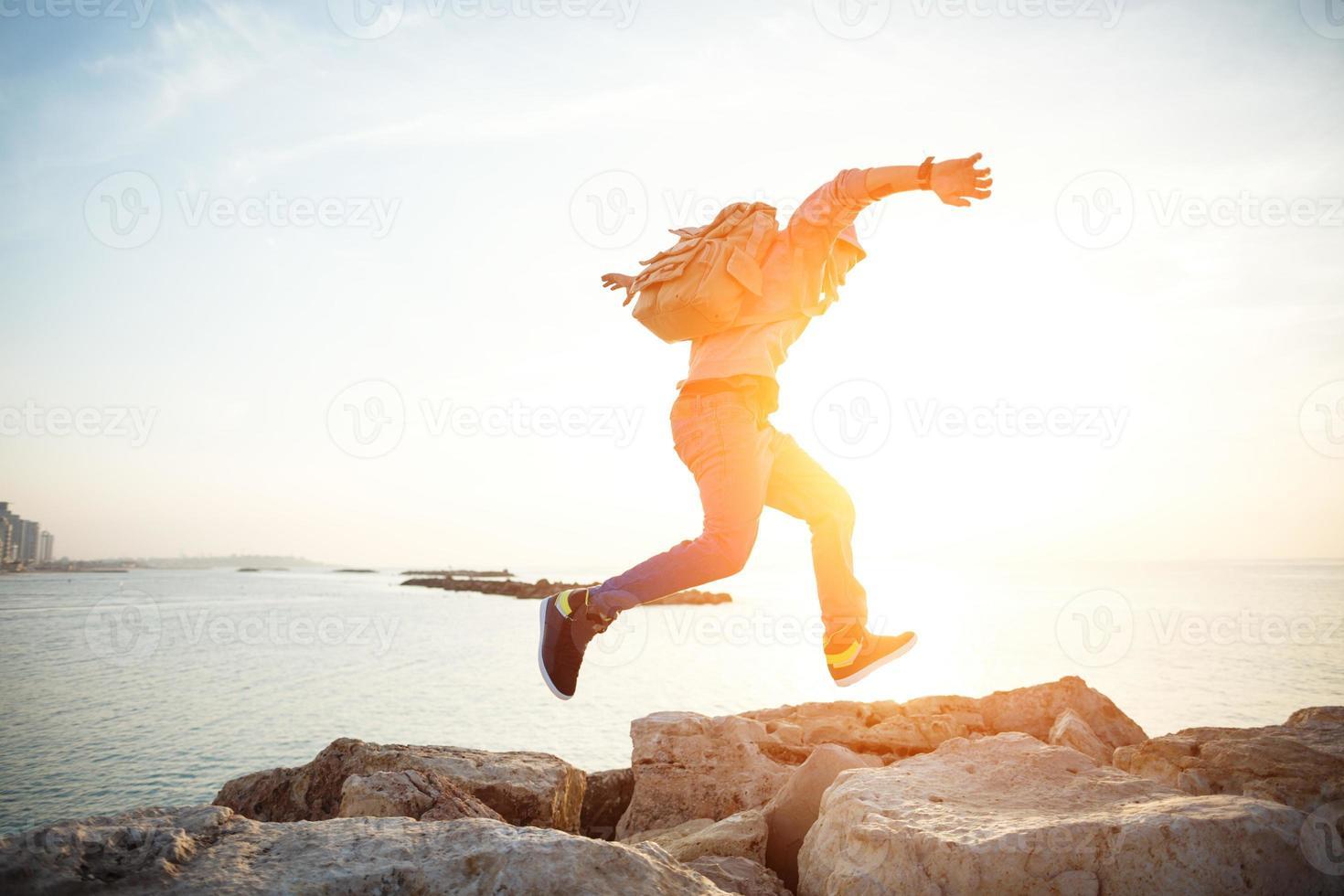 Reisender läuft bei Sonnenuntergang foto