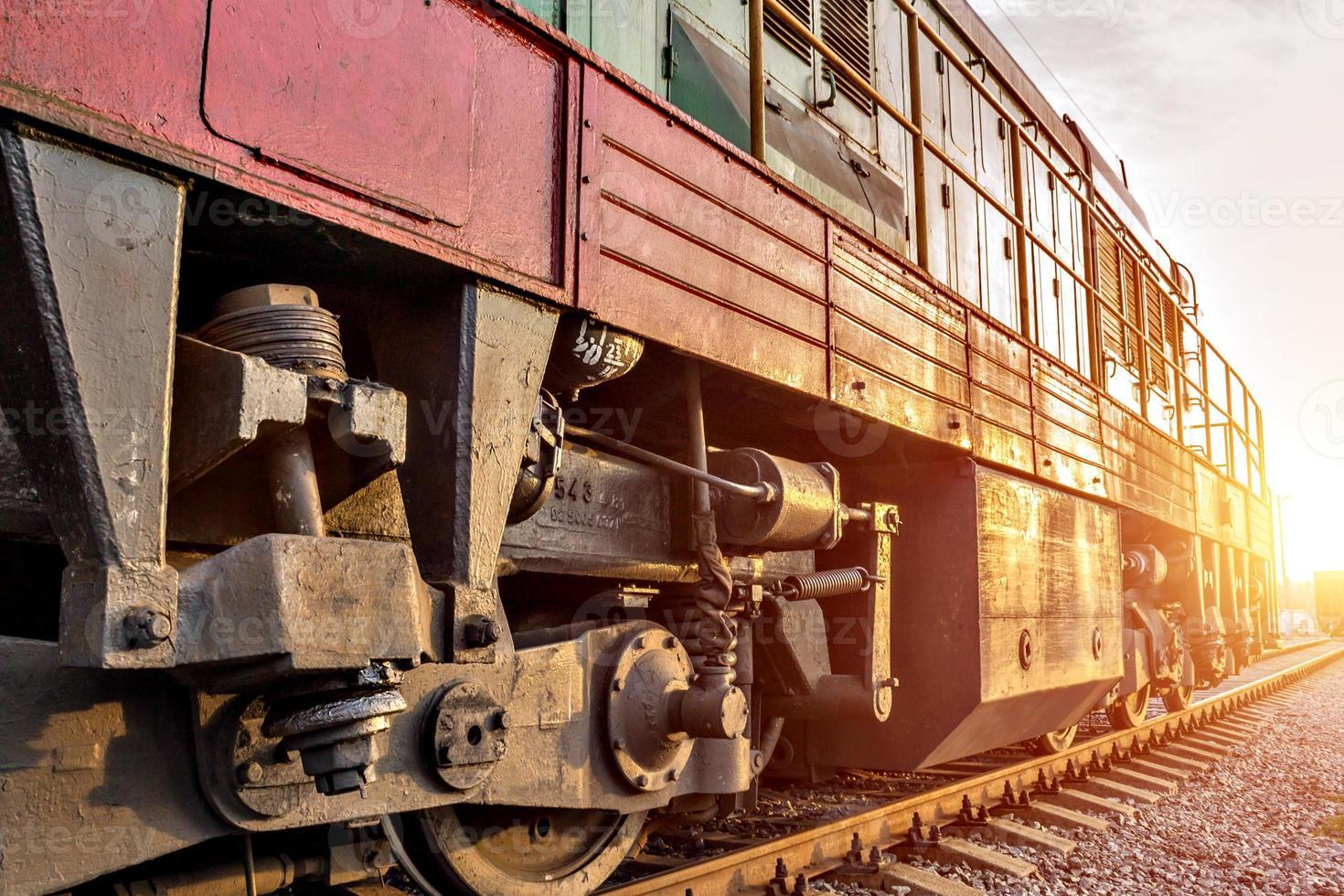 Zug fährt bei Sonnenuntergang foto